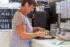 """Freiwillige Mitarbeiterin in der Cafeteria """"Wälle"""""""